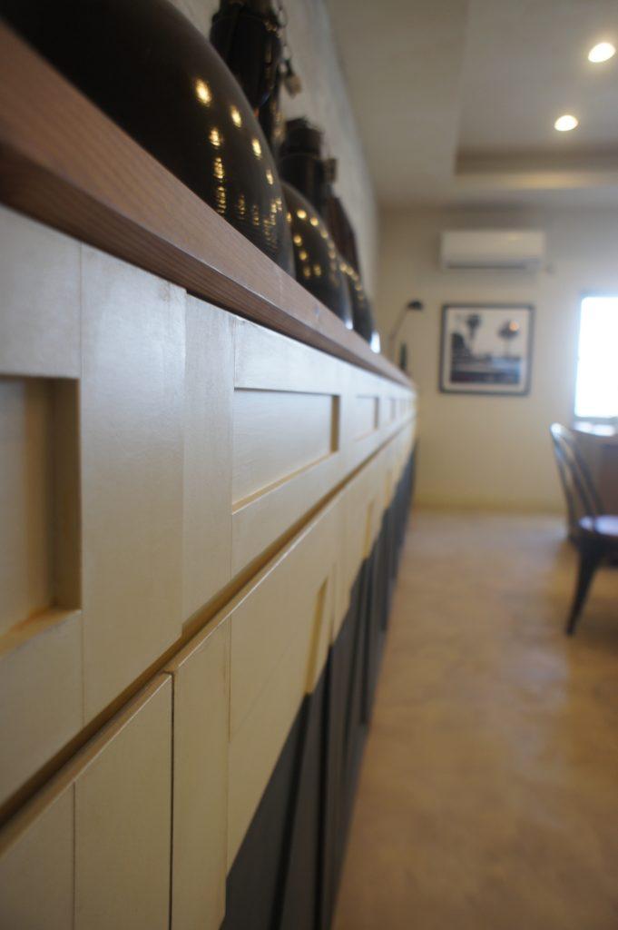 打ち合わせルームの秘密~端から端までぴったりサイズ収納棚~